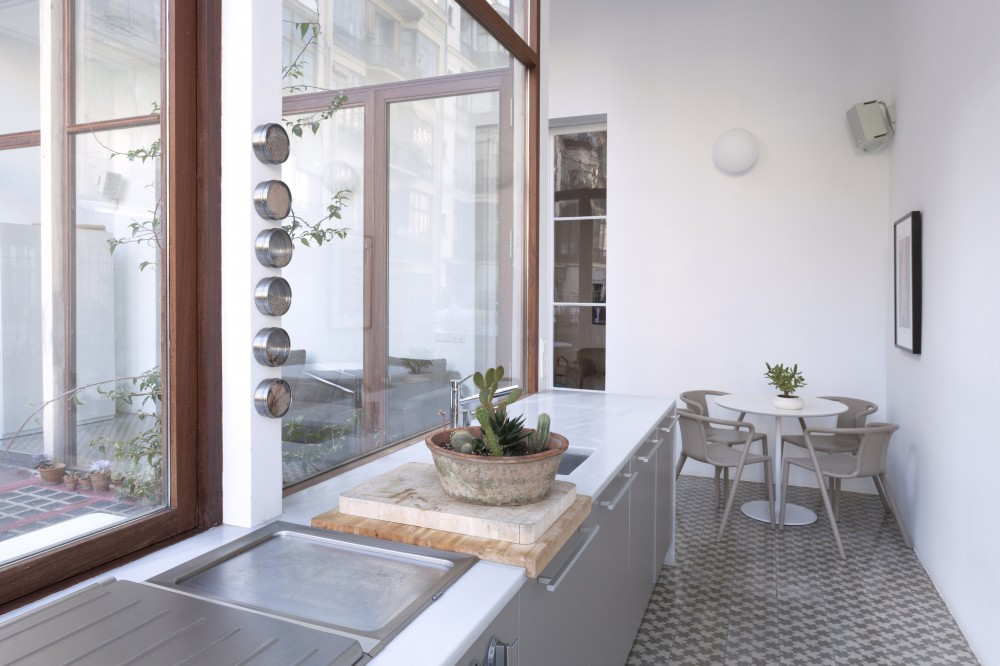 Reforma de un luminoso piso en el eixample vilablanch for Pisos de lloguer a barcelona